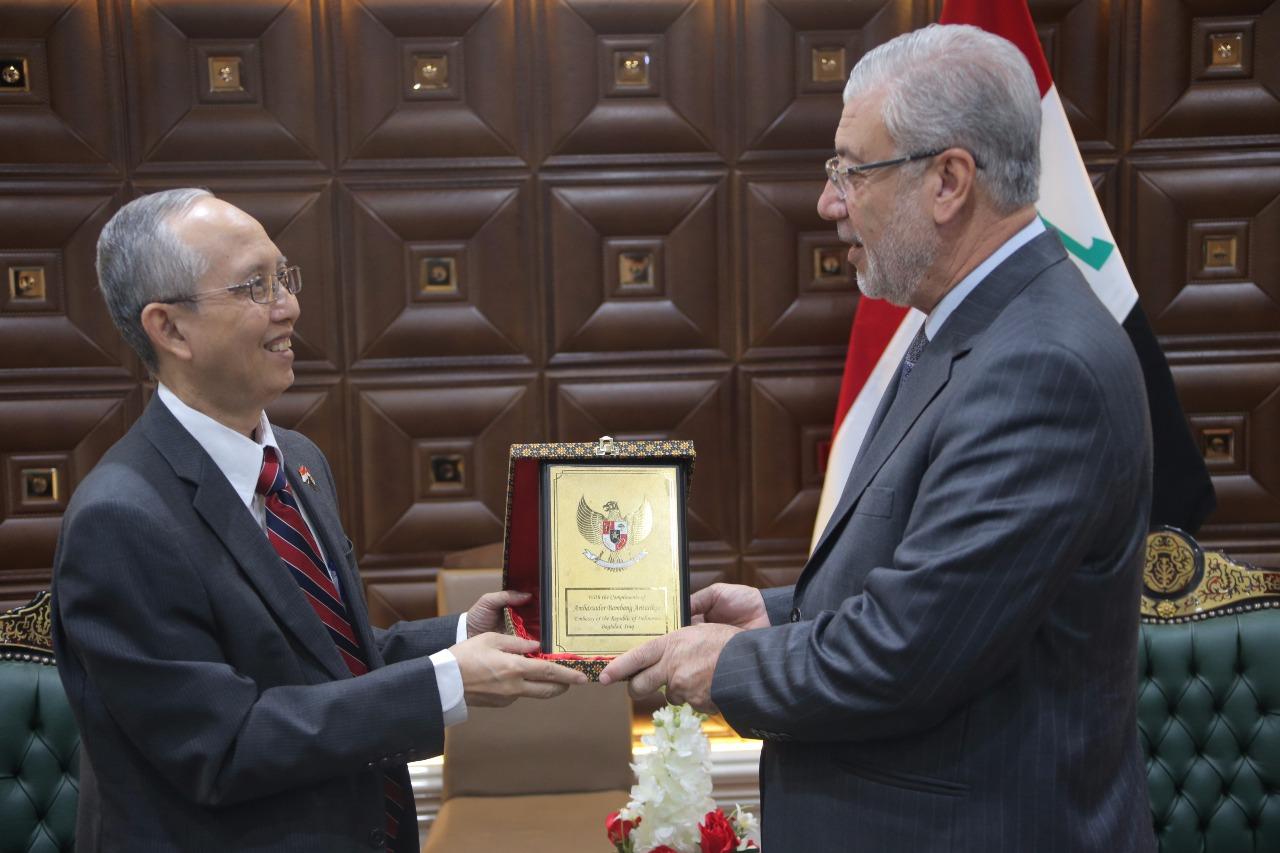 العراق وإندونيسيا يبحثان تطوير التبادل التجاري والاقتصادي