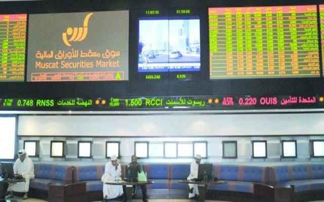 سوق مسقط يرتفع بالمنتصف وسط غياب