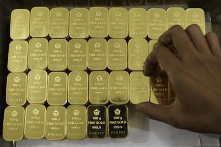 الذهب يتعافى من أدنى مستوياته في 2015