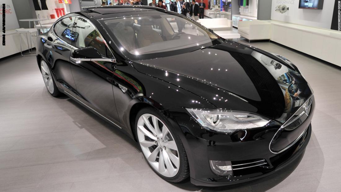 تسلا ترفع سعر سياراتها ذو الطلاء الأسود بألف دولار