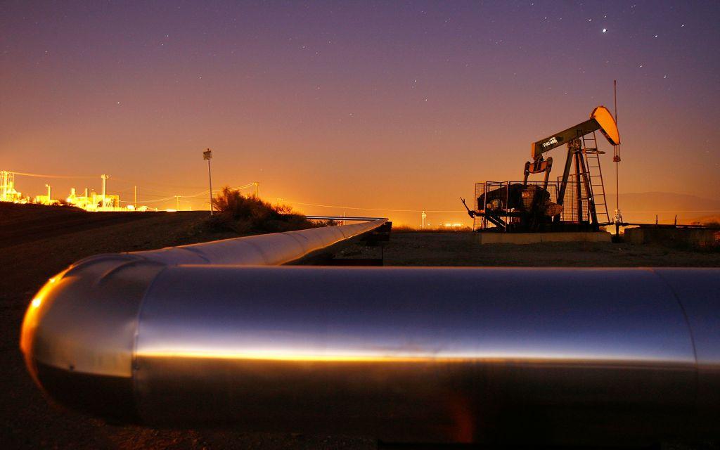 النفط يتراجع قُبيل اجتماع