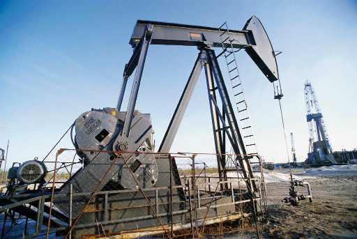 النفط يتراجع وسط التوقعات بعدم خفض الإنتاج