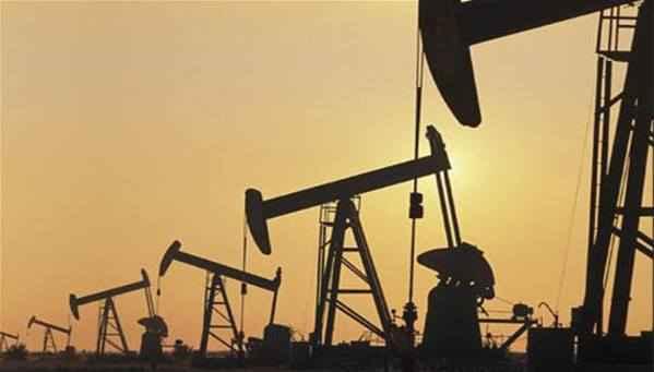 النفط يهبط مع انخفاض الطلب والخام الأمريكي يستقر بدعم من بيانات منصات الحفر