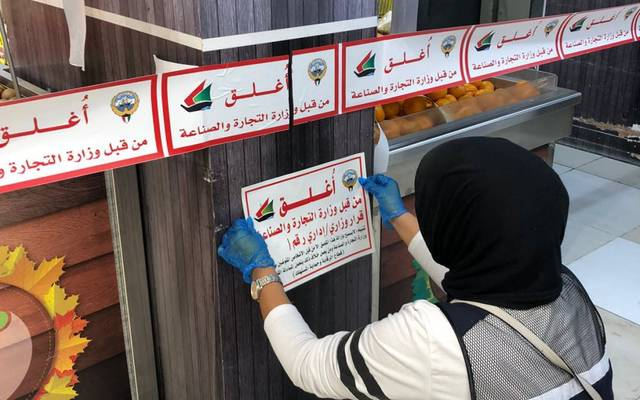 Kuwait: Closing 3 shops that violate the precautionary measures of