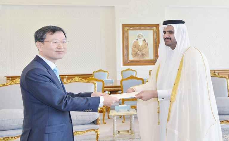 سمو نائب الأمير يتسلم أوراق اعتماد سفراء جدد