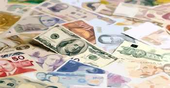 الدولار يتراجع أمام معظم العملات العالمية